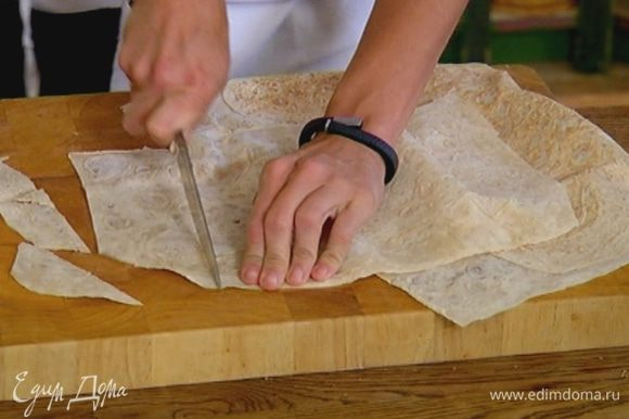 Лаваш нарезать на небольшие кусочки произвольной формы.