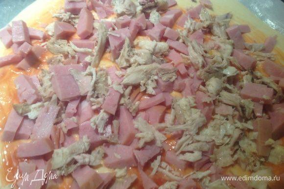 Курицу и ветчину нарезать кусочками и выложить на пиццу.