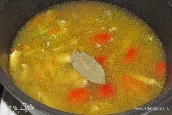 Пассерованные овощи с курицей залить бульоном, добавить лавровый лист, черный перец, если нужно подсолить. Закрыть крышкой и протушить 5 минут.