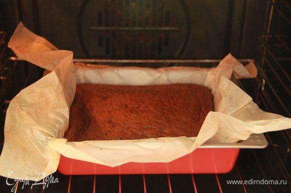 Тесто вылить в форму. Выпекать при 180*С примерно 30-40 минут (зависит от вашей духовки и от высоты формы). После выпечки дать время остыть бисквиту, затем разрезать на 3-4 коржа.