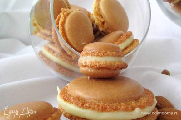 Для крема сливки подогреть, добавить шоколад. Хорошо перемешать. Охладить. Получившимся кремом скрепить по две половинки печенья. Поставить на ночь в холодильник.