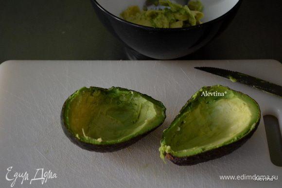 Авокадо зрелый разрезать наполовину, убрать ядро. Снять чуть мякоти и выложить в емкость. Размять авокадо. Добавить к нему раздавленный чеснок, соль и перец по вкусу, бекон обжаренный и поломанный на кусочки.