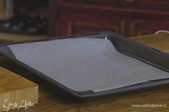Противень выстелить бумагой для выпечки, смазать оставшимся сливочным маслом.