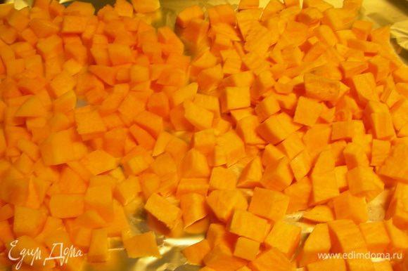 Тыкву режем кубиками, выкладываем на смазанный маслом или выложенный бумагой противень в один ряд. Взбрызгиваем оливковым маслом или спреем, солим по вкусу и запекаем минут 20 (до мягкости тыквы). Даем немного остыть.
