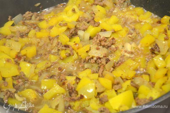 Добавить нарубленный перец и томаты, тушить под крышкой на среднем огне примерно 20 минут.