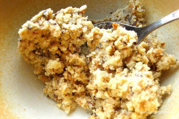 Перемешиваем. Масса должна быть очень густой! Если слишком мягко,то добавить немного крошки из печенья.