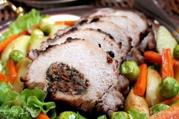 Мясо нарезать на порционные куски и выложить на блюдо. Вокруг разложить овощи. Украсить зеленью. Приятного аппетита!