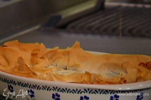 Выпекать в разогретой духовке 10‒15 минут. Подавать пирог теплым.