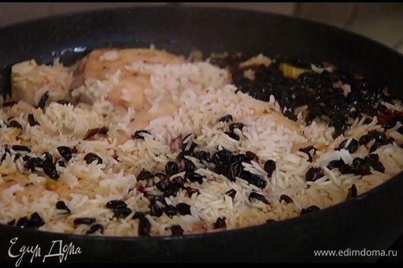 Выложить окорочка в сковороду с сельдереем и луком и обжарить со всех сторон до золотистой корочки, затем добавить барбарис в сахарном сиропе, всыпать рис и залить все горячей водой так, чтобы рис был покрыт. Накрыть крышкой и тушить на медленном огне.