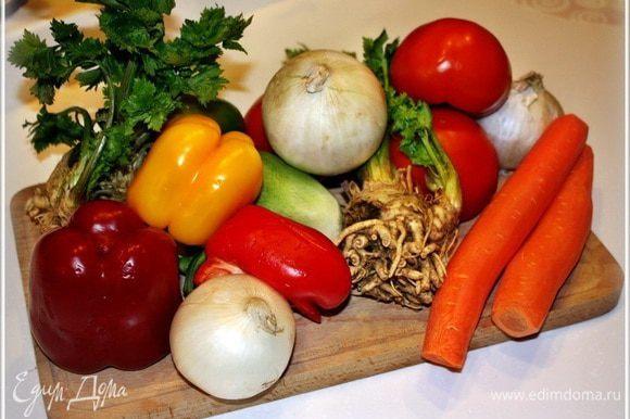 А начнём готовить с овощей. То есть приготовления начнем того, что заготовим овощи. Нужен вот такой … всем понятный и несложный набор.