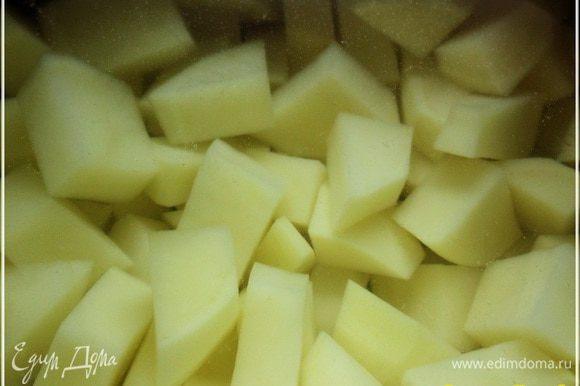 И чуть было не забытую картошку нарежем тоже не сильно крупными кусочками.
