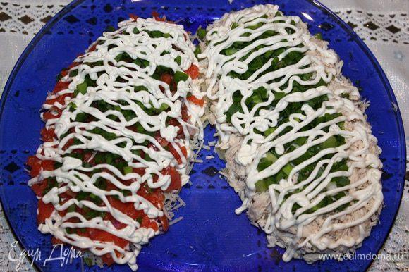 Вторую шишку делаем с куриным филе. Выкладываем слоями: картофель, соль, перец, майонез, филе, лук, майонез, морковь, яйцо, майонез.
