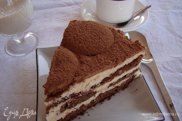 Снять тортовое кольцо, взбить немного (120-150 мл) жирных сливок, обмазать бока, сверху обильно посыпать торт какао. Приятного аппетита!