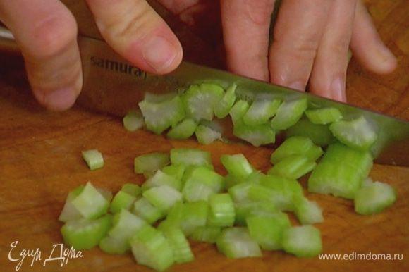 Сельдерей и огурец нарезать мелкими кубиками.