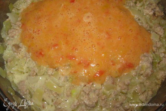 Затем добавить к фаршу измельченные помидоры (предварительно сняв кожицу) или томатную пасту. Обжаривать еще 3 минуты.