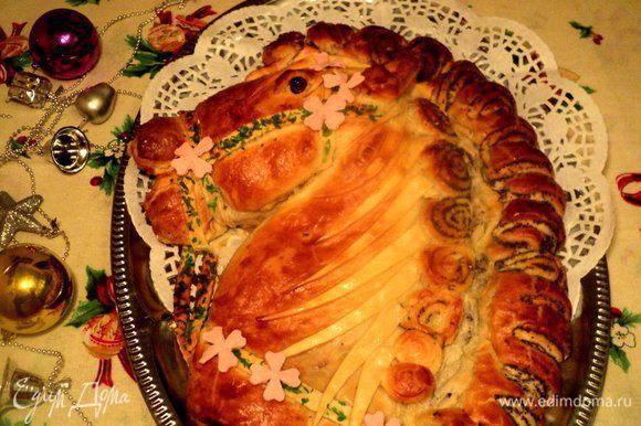 Готовый пирог смазать сливочным маслом. Я еще украсила цветочками из мастики. Приятного аппетита!