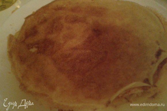 Взбить яйцо с солью и сахаром, влить теплое молоко, добавить просеянную муку, соду. Замесить тесто на блинчики, влить подсолнечное масло. Выпекаем блинчики, понадобится примерно 10 шт., все зависит от объема формы, в которую будем выкладывать торт.