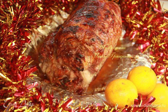 Рулет нарезать на порционные кусочки, полить яблочным соусом-глазурью. Праздничное блюдо, которое очень украсит ваш новогодний стол! Приятного аппетита!!!