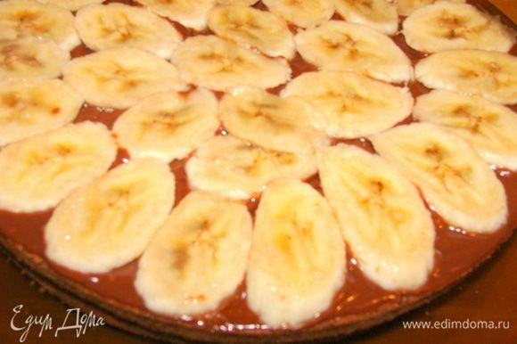 На крем выложить дольки банана.