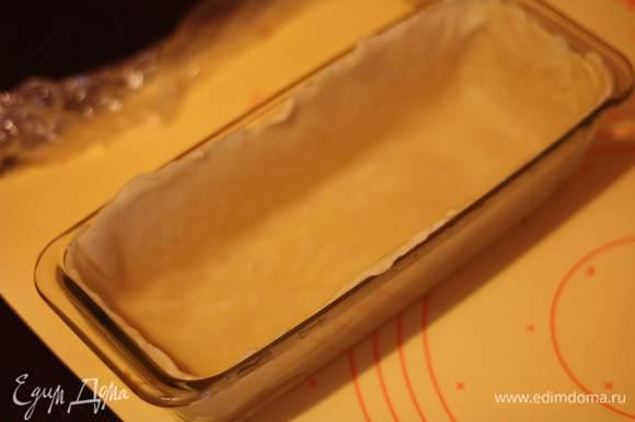 """Приступаем к пирогу. Раскатываем тесто на присыпанной мукой поверхности, большую часть раскатываем под размеры формы. Из меньшей части раскатываем и вырезаем """"крышку"""" для пирога. В форму укладываем тесто. У меня форма 40*10 см. Внимание!! Тесто должно быть без просветов и дырочек, иначе мясной сок вытечет и все испортит."""
