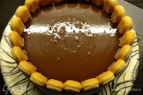 Охладить шоколадную глазури и залить ею десерт. Убрать в холодильник. За пару часов перед подачей семифреддо, поставить его в морозильную камеру. Так Вам будет удобнее его резать на порционные куски.