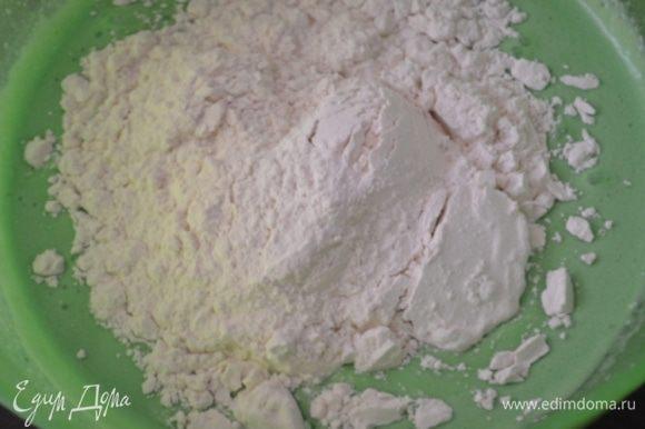 Аккуратно вводим в жидкую смесь мучную, перемешиваем силиконовой лопаткой.