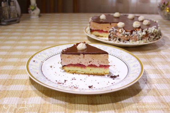 Достать торт из холодильника, суфле уже должно полностью схватиться. Вынуть торт из формы. переложить в подходящее блюдо. Торт полить полностью остывшей глазурью, включая бортики. Сверху выложить шарики и бортики посыпать тертым белым шоколадом. Торт вернуть в холодильник на 1 час. Заварить вкусный чай и наслаждаться потрясающим десертом! Приятного аппетита))