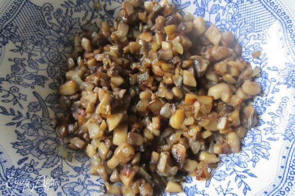 В первую очередь нужно поставит варить картофель. Лук и грибы мелко нарезать. Сначала обжарить лук, потом добавить грибы и жарить около 5 минут.