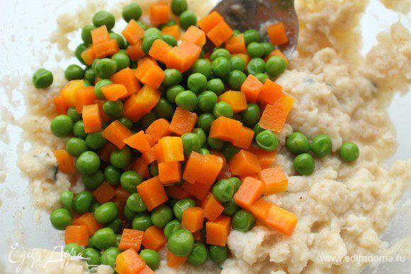 Добавить в фарш морковь и горошек , хорошо перемешать.