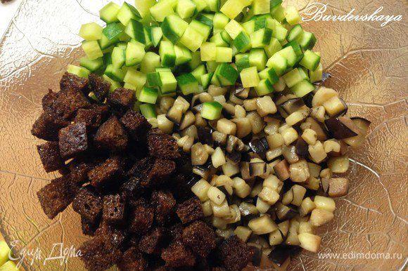 В миске смешать баклажаны, хлеб (отложить несколько кусочков для украшения) и огурец, добавить немного майонеза, пропустить чеснок через пресс. Посолить, поперчить по вкусу.