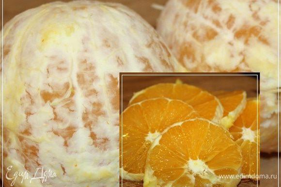 А пока жир вытапливается, чистим пару апельсинов и нарезаем их. Тонко не режьте. Тут лучше всего выдержать миллиметров семь.
