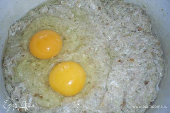 Берем готовый фарш или делаем его сами. В фарше обязательно должно быть немного сала. В фарш добавляем пропущенный через мясорубку лук, заранее замоченный в молоке (100мл) батон, и яйца. Все вымешиваем до однородности. Солим, перчим по вкусу.