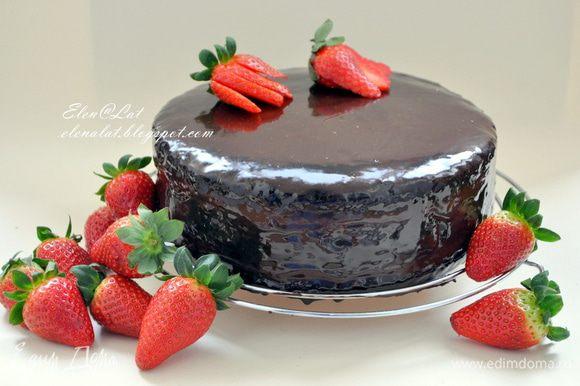 Торт убрать в холодильник до полного застывания глазури. Как только глазурь схватится, можно приступать к дегустации совершенно потрясающего торта. Не отказывайте себе в удовольствии, вкус у него волшебный!!! Приятного аппетита!!!!!!!!!