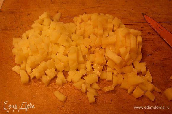 Картофель вымыть, почистить. Нарезать небольшими кубиками.