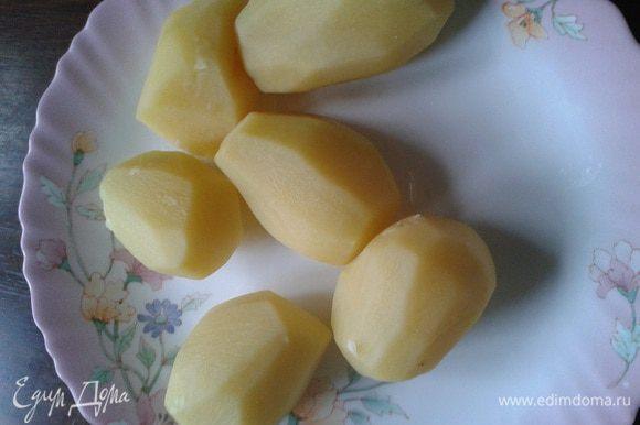 Очищенный картофель отваривать 7-10 мин. в подсоленной воде.