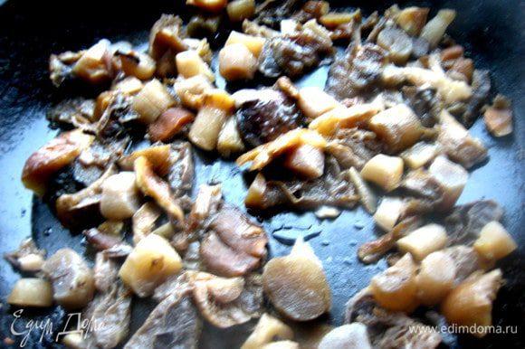 Отжимаю лишнюю жидкость и подсушиваю на сковороде для окончательного испарения лишней влаги. Шампиньоны и другие подобные грибы сразу обжарить в масле.