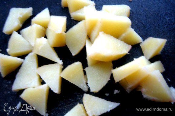 Картофель слить и быстро нарезать.