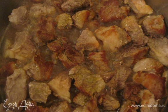 Мясо порезать на кусочки. Разогреть оливковое масло в большой тяжёлой сковороде и обжарить кусочки мяса 5-10 минут со всех сторон, пока они не подрумянятся.