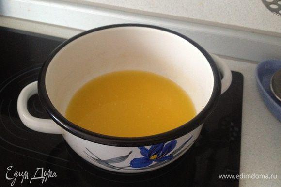 Растопить масло и добавить в смесь, всё перемешать. Разделить на 2 коржа и выпекать 15-20 минут при 180°С.