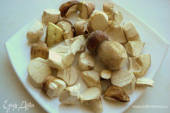 Для этого салата я взяла замороженные свежие белые грибы, но можно брать любые грибы: шампиньоны, опята, лесные грибы. Грибы предварительно разморозить при комнатной температуре.