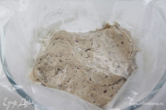 Тесто оставить под плёнкой на 30 минут для автолиза.