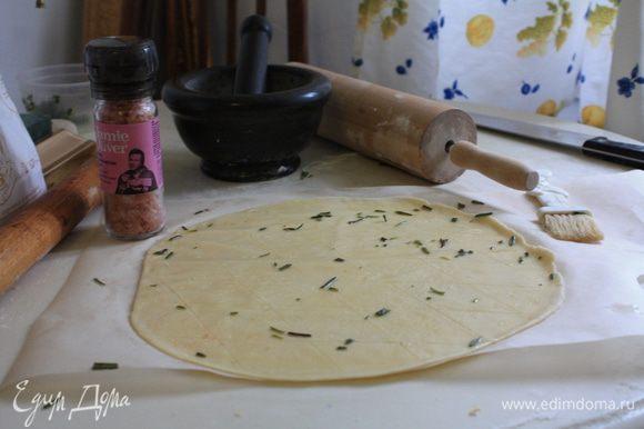 Отдохнувшее тесто разделить на две части и раскатать из них тонкие лепешки, посыпать крупной солью, сделать производный надрезы и сбрызнуть ароматизированным оливковым маслом (я использовала кондитерскую кисточку). Можно, как уже упоминалось ранее, выложить на полученную основу тонко нарезанную моцареллу и вяленые помидорки. Запекать в предварительно разогретой до 220°С духовке 12-15 минут. Одну фокаччу я посыпала пармезаном, а вторую стрескала так, натюрель, как говорится. Обе были прекрасны!.