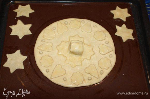 От теста отделить 1/3 часть. Из него мы будем делать крышку для пирога.