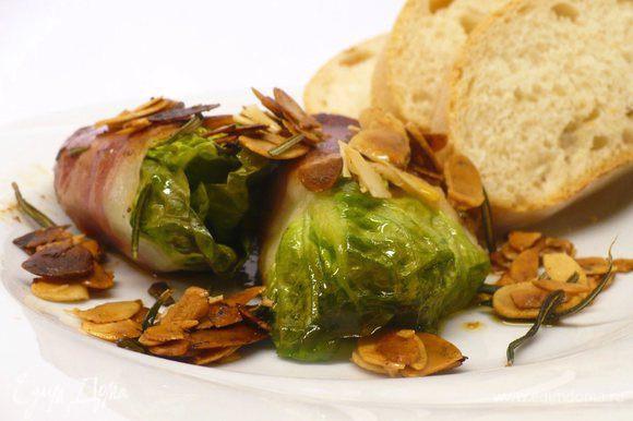 Сервируем салат в шубке с чиабаттой, посыпаем зажаркой из миндальных лепестков и чеснока. Приятного новогоднего аппетита!