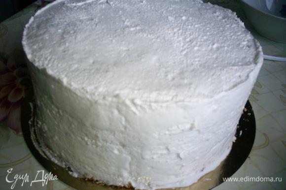 Выравнивать торт и украшать этим кремом нужно сразу же!!!! Особенно это касается выравнивания торта. Выравниваем торт теплым кремом, чтоб загладить крем, широкий длинный нож смачиваем в холодной воде и заглаживаем поверхность торта.