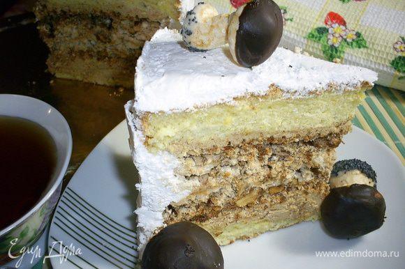 Готовый торт я украсила заранее приготовленными грибками из безе. Как их сделать, смотрим тут http://www.edimdoma.ru/retsepty/51551-gribki-iz-beze. Они стали прекрасным и хрустящим дополнением к торту. И наконец все готово, наливаем чашечку горячего чая и наслаждаемся богатым вкусом. Приятного аппетита!!!