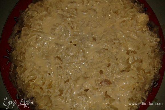 Дальше картофель, натертый через терку крупную, сверху майонез.