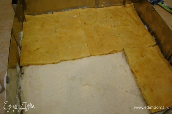 Сборка пирожных. Выложить первый корж, начинку, второй, слегка придавить. Поставить в холод на несколько часов.