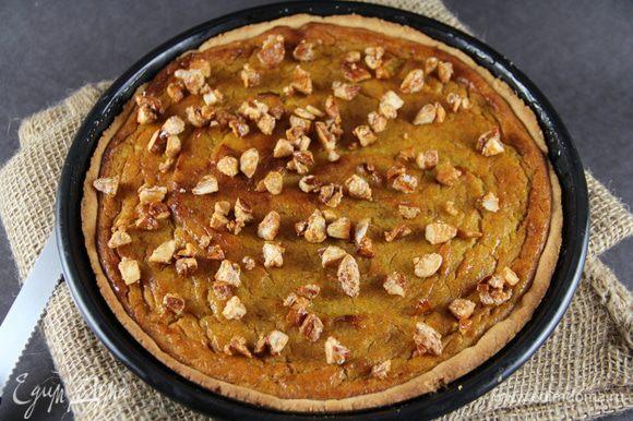 Вынимаем тарт из духовки. Смазываем его медом и посыпаем оставшимися орехами.