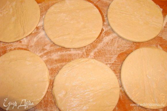 Если вы готовите из домашнего теста, раскатайте его до 0.5 см толщиной. Если тесто покупное, его просто надо разморозить. Вырезать круги формой 1 диаметром 10 см.